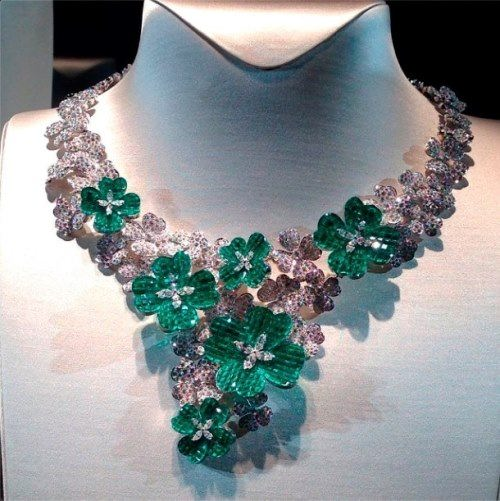 Necklace Mysterious Clover from Van Cleef & Arpels. Emeralds, diamonds, white and red gold