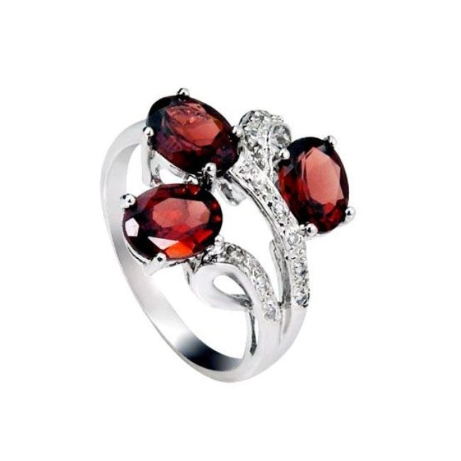 Graceful ring with garnet