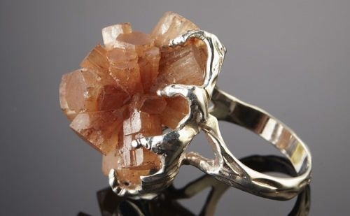 Attractive ring with aragonite