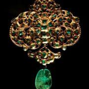 Charming emerald brooch