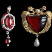 Brooch in art nouveau style. Triangular garnet. Pearls between the birds. Pearl pendant. Gold