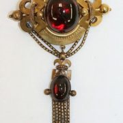 Brooch. Victorian period. Garnets in gold. 1860 -70, England