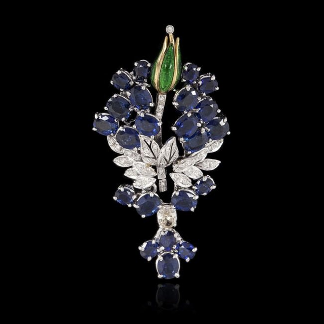 Lovely brooch with sapphire