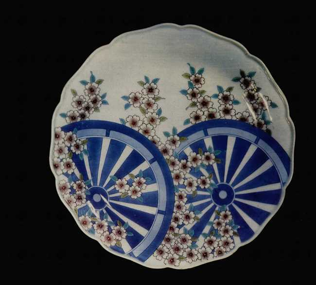 Graceful Dish. Imaizumi Imaemon. 20th century. Porcelain